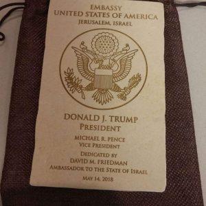 דגם מוקטן של שלט הכניסה לשגרירות ארה